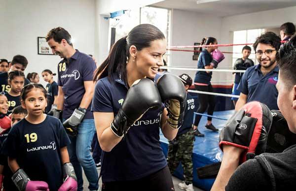 adriana lima, embajadora de iwc, visita la cdmx clase de box